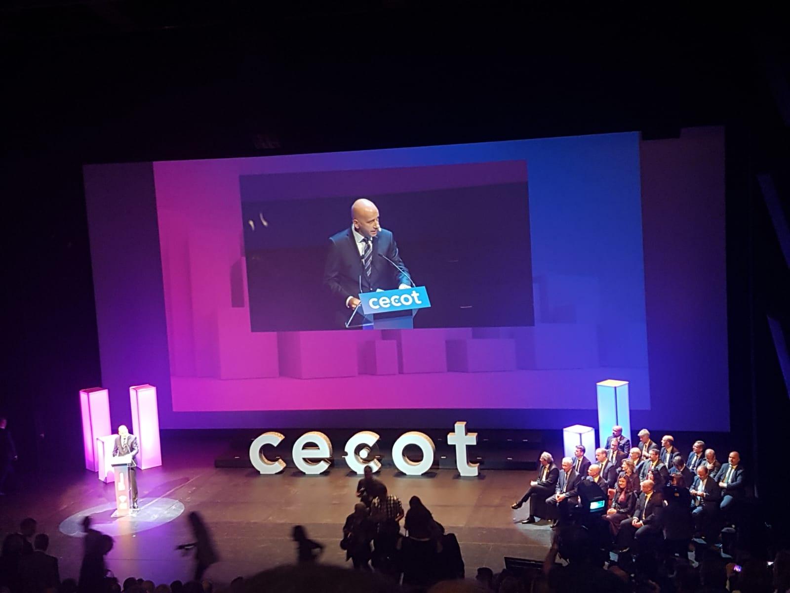 Xavi Coral, com acada any, fent de mestre de cerimònies, adreçant-se als guardonats en els reconeixements Cecot, que cada any premien l'excel·lència i el progrés empresarial.